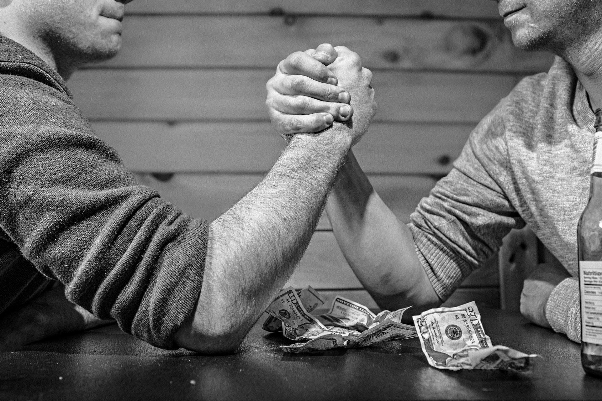 お金に執着している人の特徴・心理