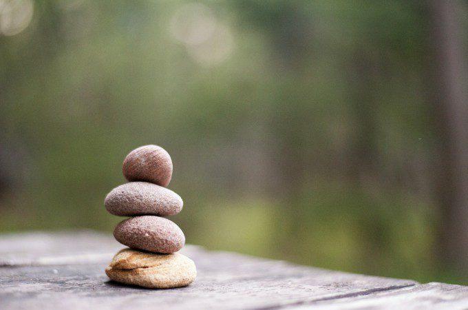 断捨離の方法【実践編】 シンプルで簡単な順番で積まれた石