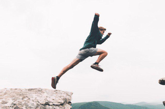モチベーションを上げてジャンプする男性